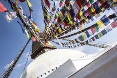 Tempio di Boudhanath a Kathmandu con le bandiere nel vento immagini stock