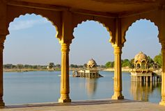 Tempio di Gadi Sagar nel lago Gadisar Immagine Stock Libera da Diritti