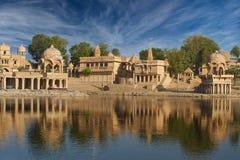 Tempio di Gadi Sagar sul lago Jaisalmer, India Gadisar Immagini Stock Libere da Diritti