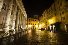 Tempio di Hadrian, Piazza di Pietra Belle vecchie finestre a Roma (Italia) notte Immagine Stock