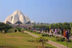 Tempio di Lotus con una linea di pellegrini, Nuova Delhi, India Fotografia Stock