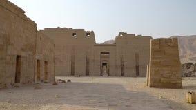Tempio di Medinet Habu L'Egitto, Luxor Il tempio mortuario di Ramesses III a Medinet Habu è un nuovo struc importante di periodo  video d archivio