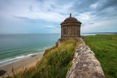 Tempio di Mussenden situato sulle alte scogliere vicino a Castle Rock in Irlanda del Nord fotografie stock libere da diritti