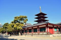 Tempio di Osaka Shitennoji in un giorno soleggiato con gli alberi verdi immagini stock libere da diritti