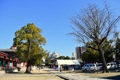 Tempio di Osaka Shitennoji in un giorno soleggiato con gli alberi verdi fotografie stock