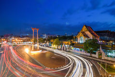 Tempio di Suthat e l'oscillazione gigante a tempo crepuscolare, Bangkok, Tha Fotografie Stock Libere da Diritti