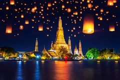 Tempio di Wat Arun e lanterna di galleggiamento a Bangkok, Tailandia immagine stock