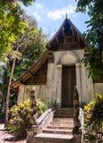 Tempio di Wat Don Sak con le porte magnifico scolpite in Uttaradit, Tailandia Fotografia Stock