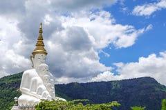 Tempio di Wat Phra That Pha Son Kaew, cinque bianco Buddha la maggior parte della zona turistica famosa a Phetchabun Immagine Stock