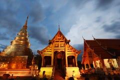 Tempio di Wat Phra Singh con illuminazione alla notte fotografia stock libera da diritti