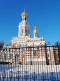 Tempio dietro il recinto immagini stock libere da diritti