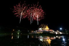 Tempio dorato di Horkumluang e grande fuoco d'artificio Immagini Stock Libere da Diritti
