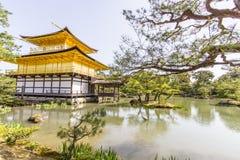 Tempio dorato di Kinkakuji del padiglione a Kyoto Giappone fotografie stock libere da diritti