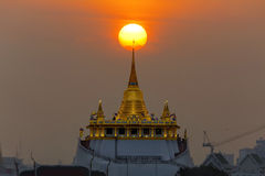 Tempio dorato di Moutain con il tramonto Immagine Stock Libera da Diritti