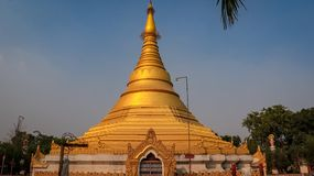 Tempio dorato di Myanmar fotografie stock libere da diritti