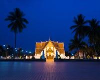 Tempio durante l'ora blu crepuscolare - tempio della Tailandia di Wat Phumin Immagini Stock Libere da Diritti