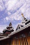 Tempio e cielo blu di legno Fotografia Stock
