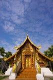 Tempio e cielo blu dorati Fotografia Stock Libera da Diritti