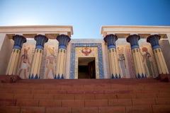 Tempio egiziano antico - colonne da ogni lato Immagini Stock Libere da Diritti