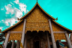 Tempio glorioso che alloggia il Buddha dorato immagine stock libera da diritti