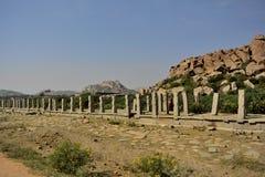 Tempio Hampi di Vittala - rovina sulla strada fotografie stock