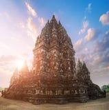 Tempio indù antico di Prambanan contro il sole di mattina Java, Indone fotografia stock