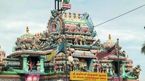 Tempio indù esteriore e bandiere tradizionali di Penang e della Malesia che ondeggiano in Malesia stock footage