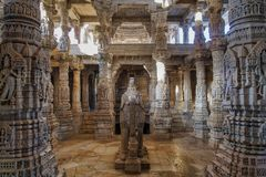 Tempio Jain di Chaumukha Mandir in Ranakpur, Ragiastan, India fotografia stock libera da diritti