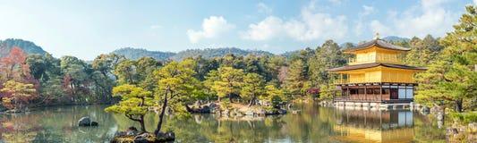 Tempio Kyoto di Kinkakuji di panorama Immagini Stock Libere da Diritti