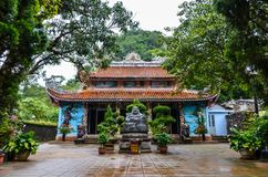 Tempio nel Vietnam/vicino alla baia di lunghezza dell'ha fotografie stock libere da diritti