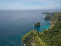 Tempio nella scogliera, isola di Nusa Penida, Indonesia di vista aerea fotografia stock libera da diritti