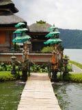 Tempio principale sull'acqua in Bali, Pura Oolong Danu Bratan, lago Bratan, bello tempio, acqua intorno al tempio, statue in Bali immagini stock libere da diritti