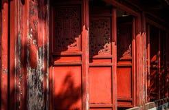 Tempio rosso del figlio di Ngoc delle porte sul lago Hoan Kiem, Hanoi, Vietnam Fotografia Stock