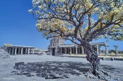 Tempio in rovine sotto un cielo blu in Hampi fotografia stock