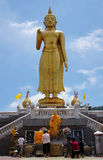 Tempio stante di Buddha con la grande statua di Buddha Fotografia Stock