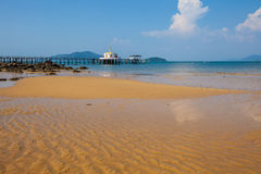 Tempio tailandese Chruch sul mare Immagini Stock