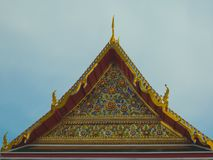 Tempio tailandese dorato di stile del timpano del tetto Immagine Stock