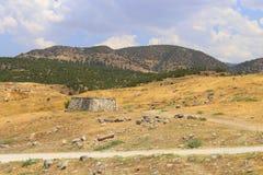 Tempio vicino al portone del sud in Hierapolis Greco antico Fotografia Stock