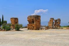 Tempio vicino al portone del sud in Hierapolis Greco antico Immagine Stock Libera da Diritti