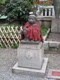 Tempio vicino del santuario della statua di pietra giapponese tradizionale Fotografia Stock