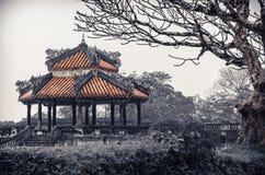 Tempio vietnamita antico con i draghi sulla cima Fotografie Stock