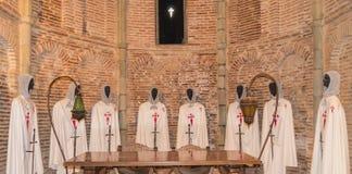 Templar knights vestuários dentro de um castelo fotografia de stock royalty free
