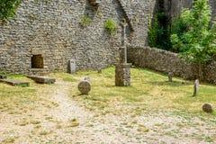 Templarkerkhof in La Couvertoirade een Middeleeuwse versterkte stad, Frankrijk stock afbeeldingen