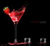 与草莓酒飞溅的时髦的鸡尾酒杯 Templat 免版税库存照片