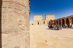 Temple égyptien de Philae d'un dieu d'ISIS à Assouan Foyer sur le hierogliph découpé en pierre du côté gauche photo stock