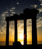 Temple antique dans le coucher du soleil Photo stock