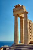 Temple antique de colonnes dans la ville de Lindos Photographie stock libre de droits