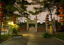 temple antique du soleil de nuit de lanternes de porcelaine de Pékin photo libre de droits