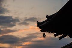 Temple asiatique au coucher du soleil Image stock