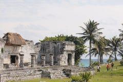 Temple avec des colonnes près de la mer chez Tulum, Mexique photographie stock